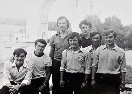В восьмидесятых Азаров побывал в командировке в ФРГ (на фото – слева в верхнем ряду).