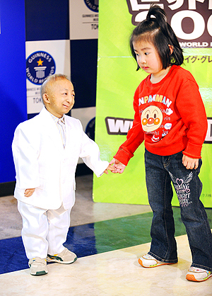 Даже маленькие дети были выше, чем этот миниатюрный юноша. Фото: taipeitimes.com.