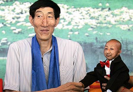 Ха Пинпин и его соотечественник Бао Сишунь - самый высокий человек в мире. Фото: welt.de.