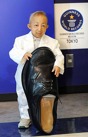 Рост Хэ - чуть больше длины ботинка Бао. Фото: самый-маленький-хэ-пинпин-diariodenavarra-es.