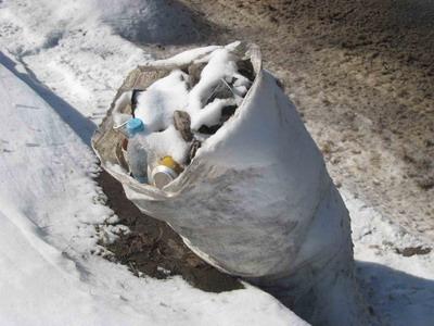 … а мешки с мусором вдоль дорог - наглядное подтверждение их неторопливых трудов.