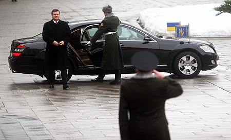 Пока что президент каждый день добирается на работу из загородной резиденции.