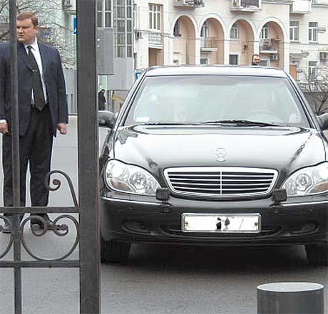 Гораздо чаще Юлия Тимошенко ездила на «Мерседесе» старого S-класса - он похож на служебную машину главы Кабмина.