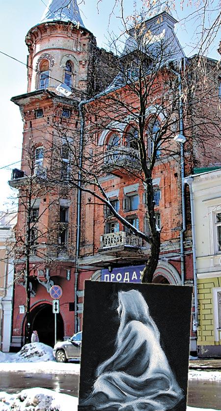 Белую фигуру девушки часто видят в окнах здания.