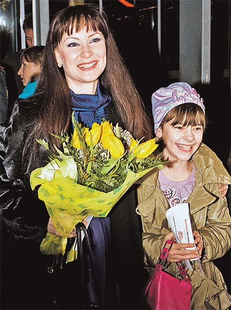 Неподражаемая Нонна на публике всегда улыбается и дочку учит тому же...