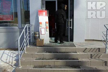 Мужчина успел разбить почти все стеклянные предметы в офисе. Фото: Михаил ШЕВЕЛЕВ.