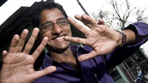 Лишние пальцы не мешают Харамбу жить