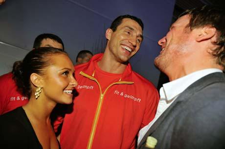 На праздничную вечеринку после боя сияющие Владимир и его подруга Хайден пришли вместе.