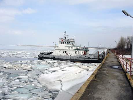 Теплоход «М. Кавицкий» уже разбивает 80-сантиметровый лед.