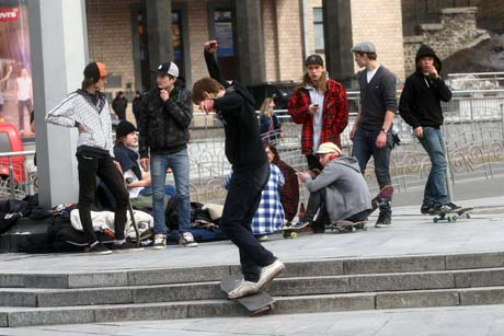 На Майдане резвятся подростки.