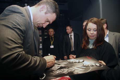 Виталий Кличко раздавал автографы и за себя, и за младшего брата.