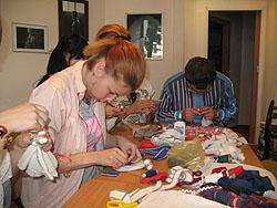 Инна Шипилова учит своих подопечных рукоделию.