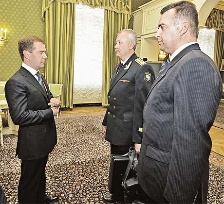 Так офицеры-операторы представили ядерный чемоданчик его законному владельцу - президенту России.