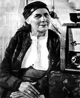 Мама Дмитрия Гнатюка слушает песни сына по радио. Эта картина срисована с фотографии.