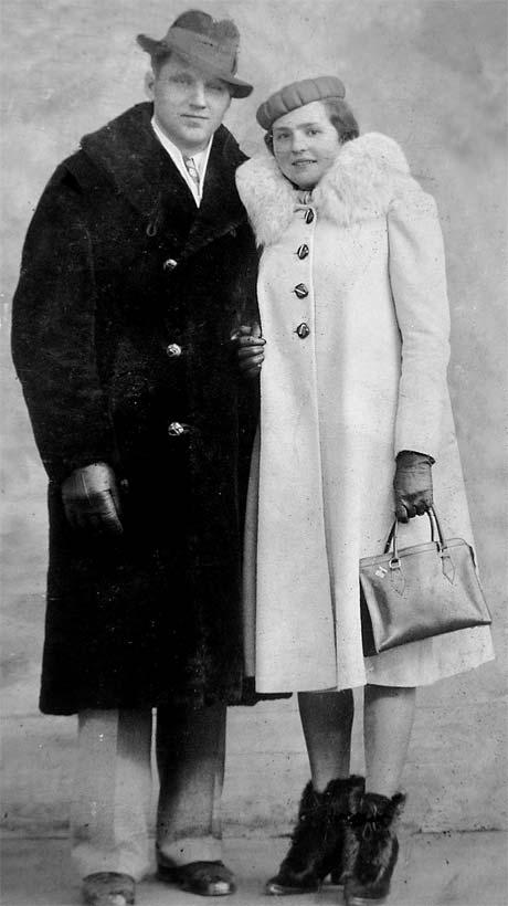 Старшая сестра артиста Анничка с мужем в Канаде. После одного из своих концертов в Торонто Дмитрий Гнатюк дал мужу сестры денег, чтобы тот купил ей красивое пальто и ботинки.