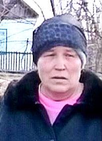 Бабушка Олега Гомонова у злополучных развалин.