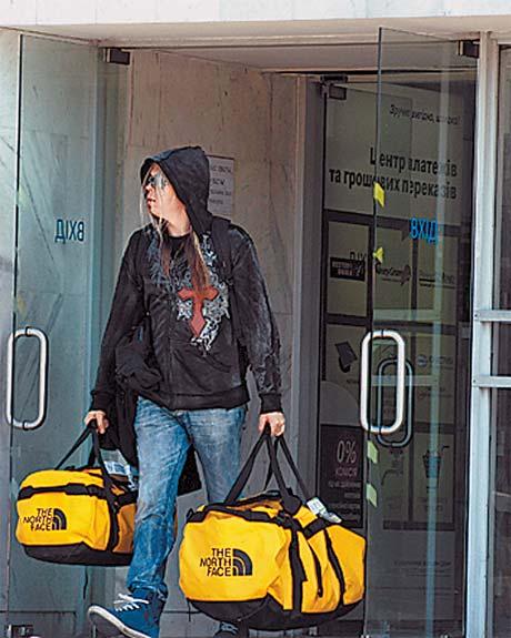Лидер «вестников Апокалипсиса» Эйкка Топпинен никому не доверил своих сумок.