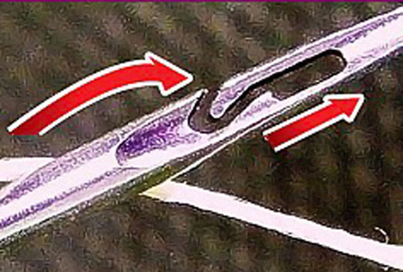 Теперь тыкать ниткой не надо - ушко ее просто цепляет.