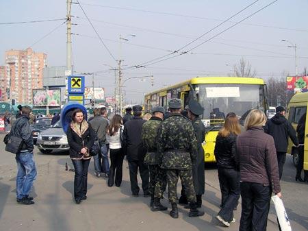 Из-за того, что троллейбусов было мало, люди добирались на работу на маршрутках.