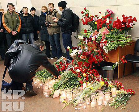 Алые как кровь цветы на месте трагедии в московском метро. Фото: Андрей КАРА.