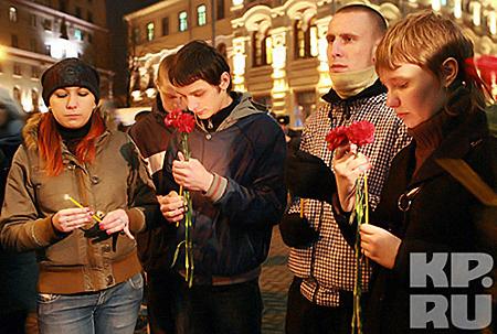 Вечером трагического понедельника люди приходили к станциям метро, чтобы почтить память погибших. Фото: Андрей КАРА.