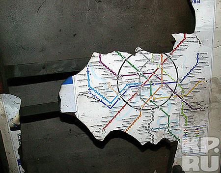 Разорванная осколками схема метро знаковое напоминание о трагедии. Фото: Анатолий ЖДАНОВ.