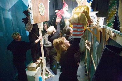 «Взрослые» артисты за ширмой перевоплощаются в смешные детские куклы.