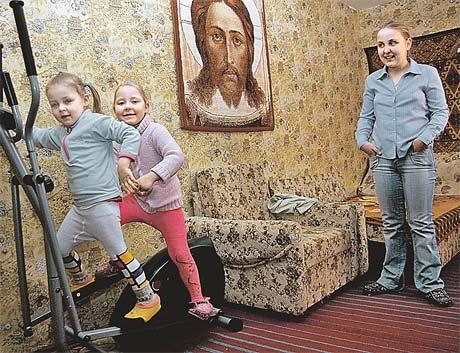 Аня (на фото - справа) одинаково сильно любит своих сестер и брата. Но Сашеньке (в центре) обязана жизнью.