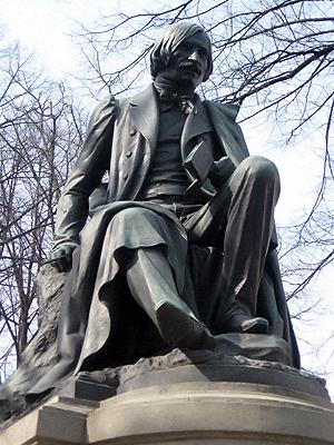 Гоголь и не догадывается, каких героев поставили у него за спиной.