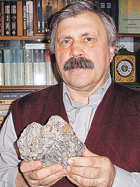Сергей Сухинов со своим «камнем». Весит артефакт 2,6 кг, его размеры 16х13х10 см. В поверхность вплавлены детальки, похожие на электронные.