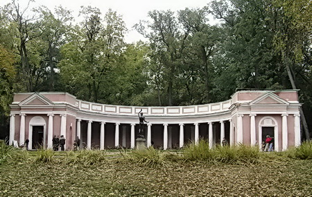 Этой коллонаде на территории дендропарка уже 200 лет.