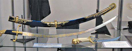А эта сабля, по слухам, занимает почетное место в коллекции Виктора Януковича.