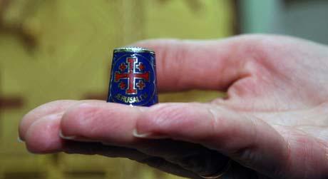 Уникальный наперсток из Иерусалима привезли в подарок одной из лаврских швей.