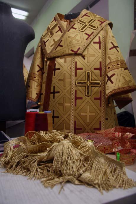 Рясу желтого цвета священнослужители надевают в праздники, посвященные святителям, и по воскресеньям.