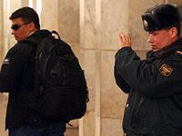 Тщетно наш корреспондент (в очках и с рюкзаком) топтался перед носом у милиционеров. Патрульный был занят: снимал, как его коллеги досматривают подозрительных пассажиров.