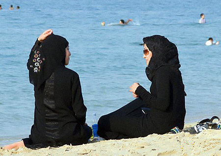 Московские мусульманки подумывают о том, что летом - когда все полуголые, а они одетые - придется отсиживаться дома.