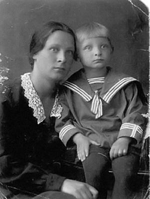 Эдуард Хиль в 5-летнем возрасте с мамой Еленой Павловной Калугиной.