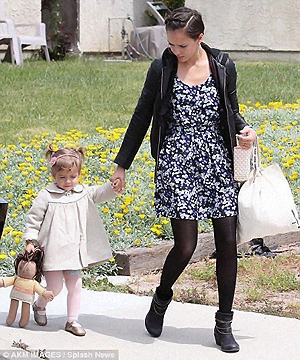 Fктриса Джессика Альба вместе с дочкой Хонор Мари посетила пасхальный фестиваль Easter party. Фото: Daily Mail.