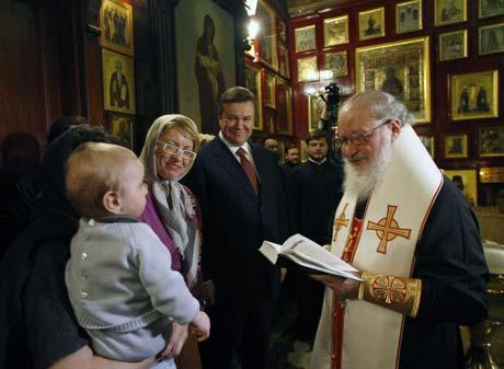В крестниках у Януковича - дети только самых близких друзей.