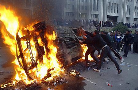Беспорядки в Бишкеке. Фото: АП.