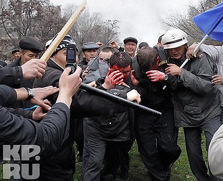 Революция в Бишкеке-2010. Первая кровь. Фото: АП.
