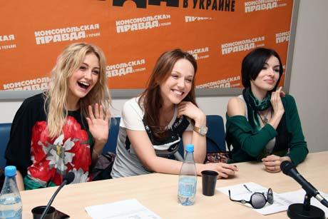 Ева, Альбина и Надя, отвечая на вопросы читателей «КП», постоянно острили и смеялись.