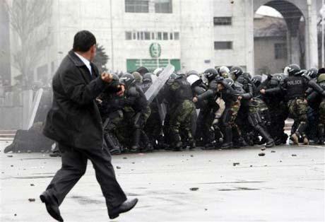 Сначала митингующих разгоняли газом и резиновыми пулями. Потом в ход пошли боевые патроны. С обеих сторон.