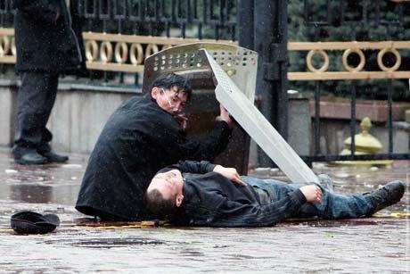 Печальный итог бунта - сотни людей ранены. Десятки - погибли.