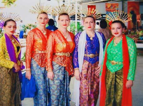 Украинка (вторая справа) и ее тюремные подруги перед выступлением на фестивале (показывали тайский танец).