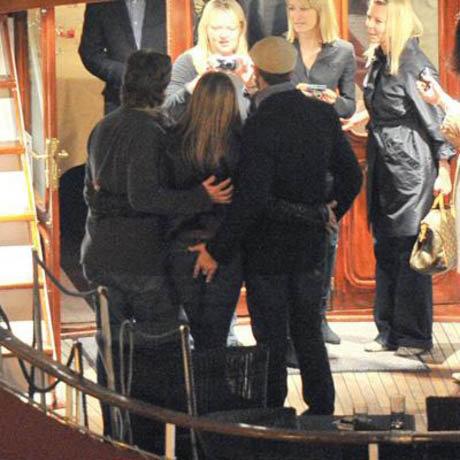 На премьере в Париже Джерард, не стесняясь окружающих, по-хозяйски держал Энистон за попку. Фото: Sun