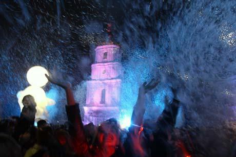 Открывая фестиваль «Французская весна», воздушные акробаты высыпали на Софийскую площадь тонну перьев!
