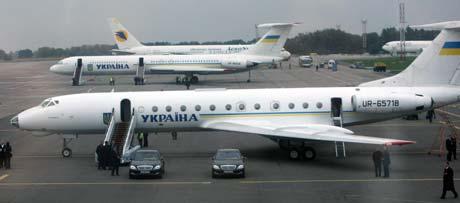 Два главных воздушных экипажа страны, на которых летают президенты Украины: Ту-134 (на первом плане) и Ил-62.