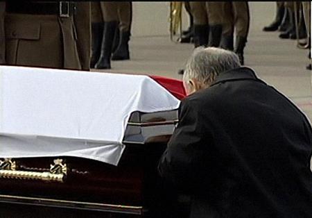 Ярослав Качиньский прощается с братом. Фото: wiadomosci.gazeta.pl.