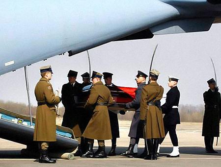 Гроб с телом Леха Качиньского доставили в Варшаву. Фото: wiadomosci.gazeta.pl.